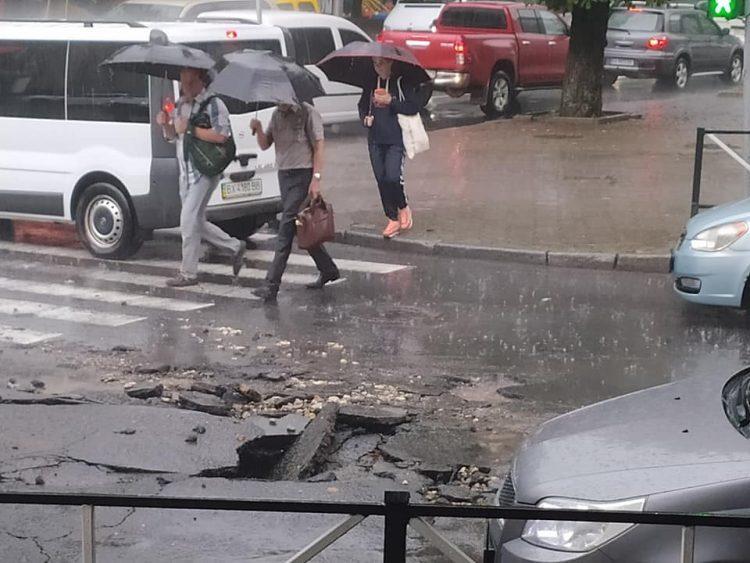 Злива у Хмельницькому змила асфальт / фото Катерина Чабан, Facebook