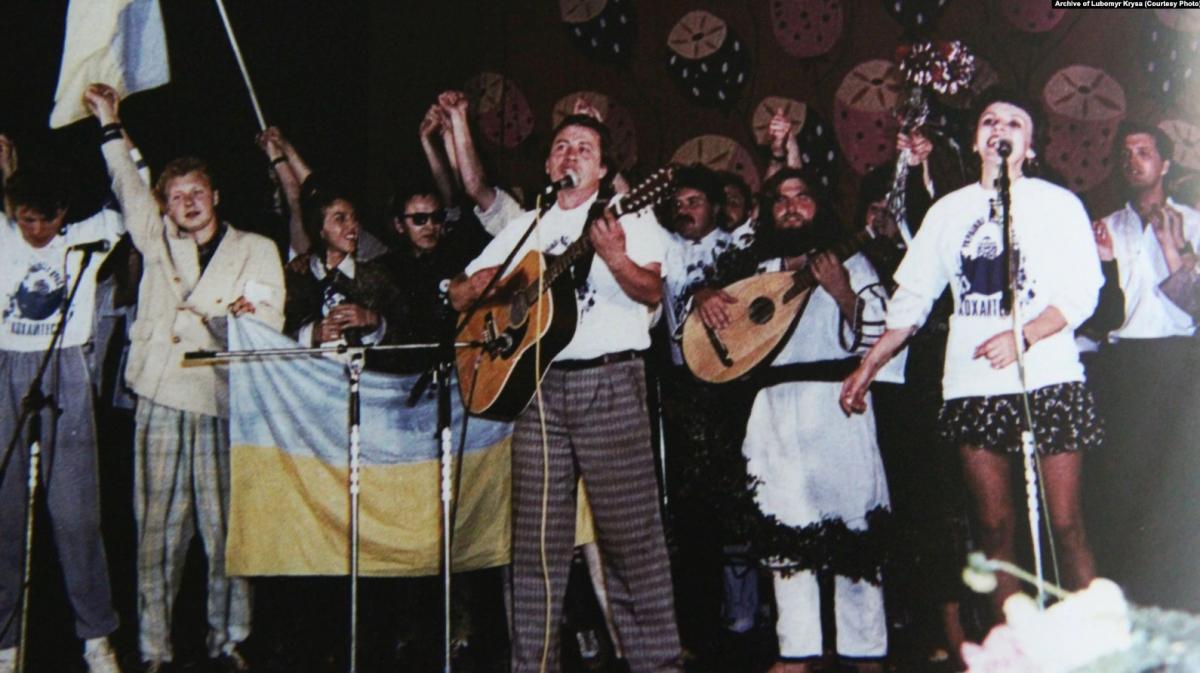 Участники первого фестиваля «Червона рута» (слева направо): «Братья Гадюкины», Виктор Морозов, Василий Жданкин, Марта Лозинська. Черновцы, 1989 год / Archive of Lubomyr Krysa (Радио Свобода)