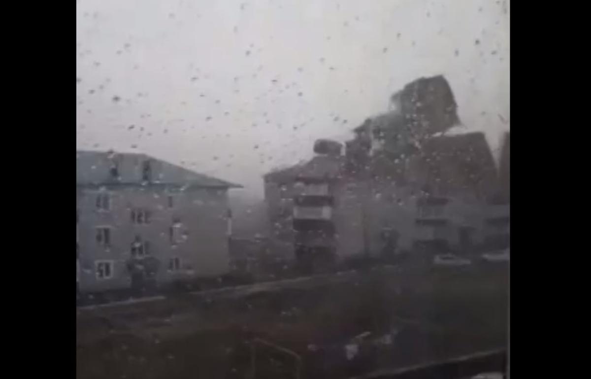 В Башкортостане ветер был такой силы, что с легкостью срывал крыши с домов / скриншот с видео