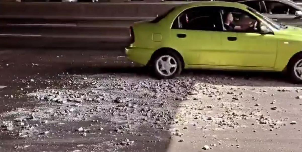 В Киеве снова посыпался мост / скриншот с видео