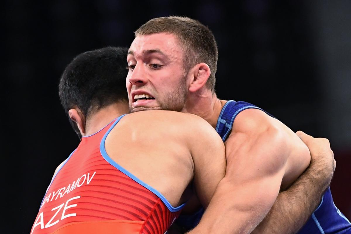Борец вольного стиля Василий Михайлов (в синей форме) выступил неудачно в Токио / фото REUTERS