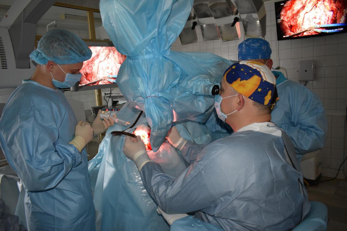 В Днепре провели сложную операцию по удалению опухоли / фото Facebook Сергея Рыженко