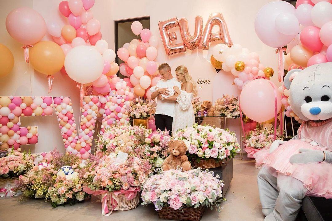 Олександр Зінченко і Влада Седан з дочкою / фото instagram.com/v.lada_sedan