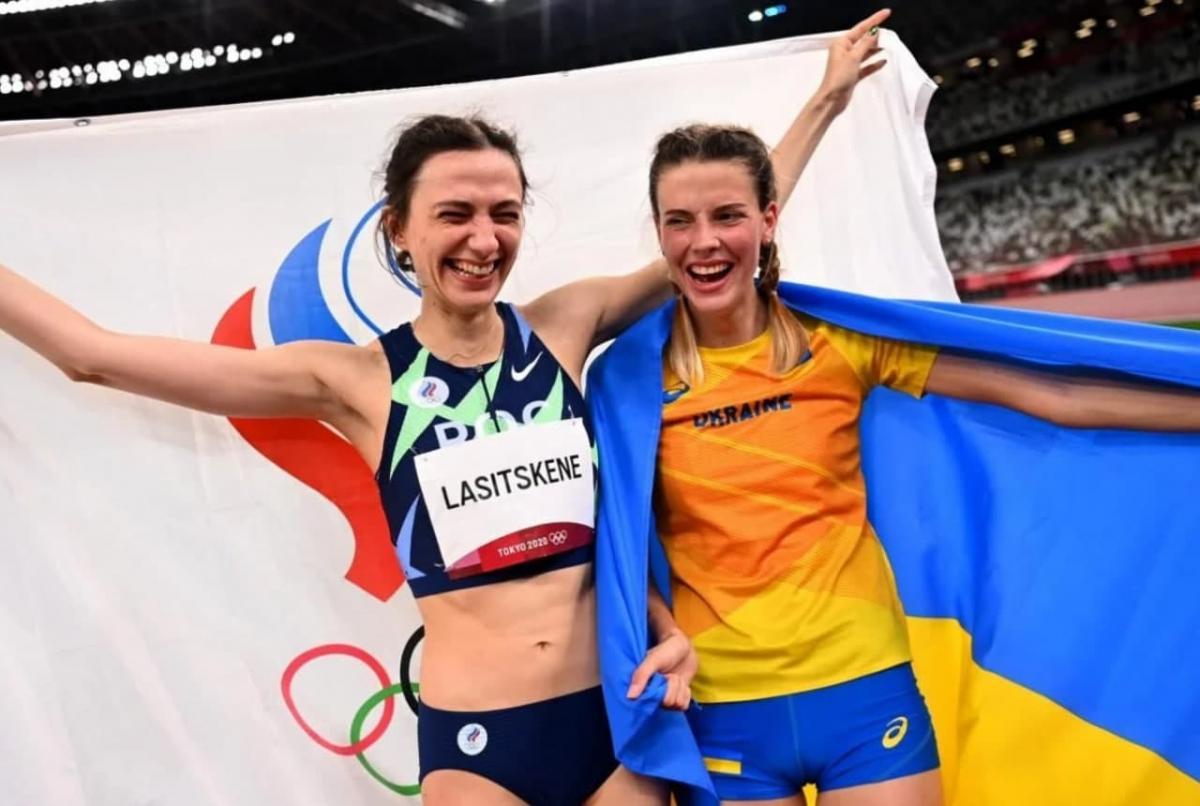 Россиянка Ласицкене и украинка Магучих обнялись после соревнований на Олимпиаде в Токио / фото REUTERS