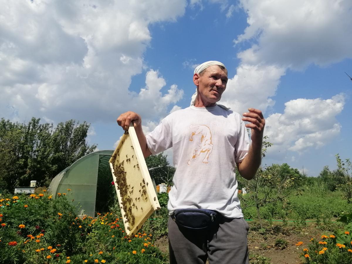Пасечник Александр Мазаев учился на подземного электрослесаря / фото УНИАН