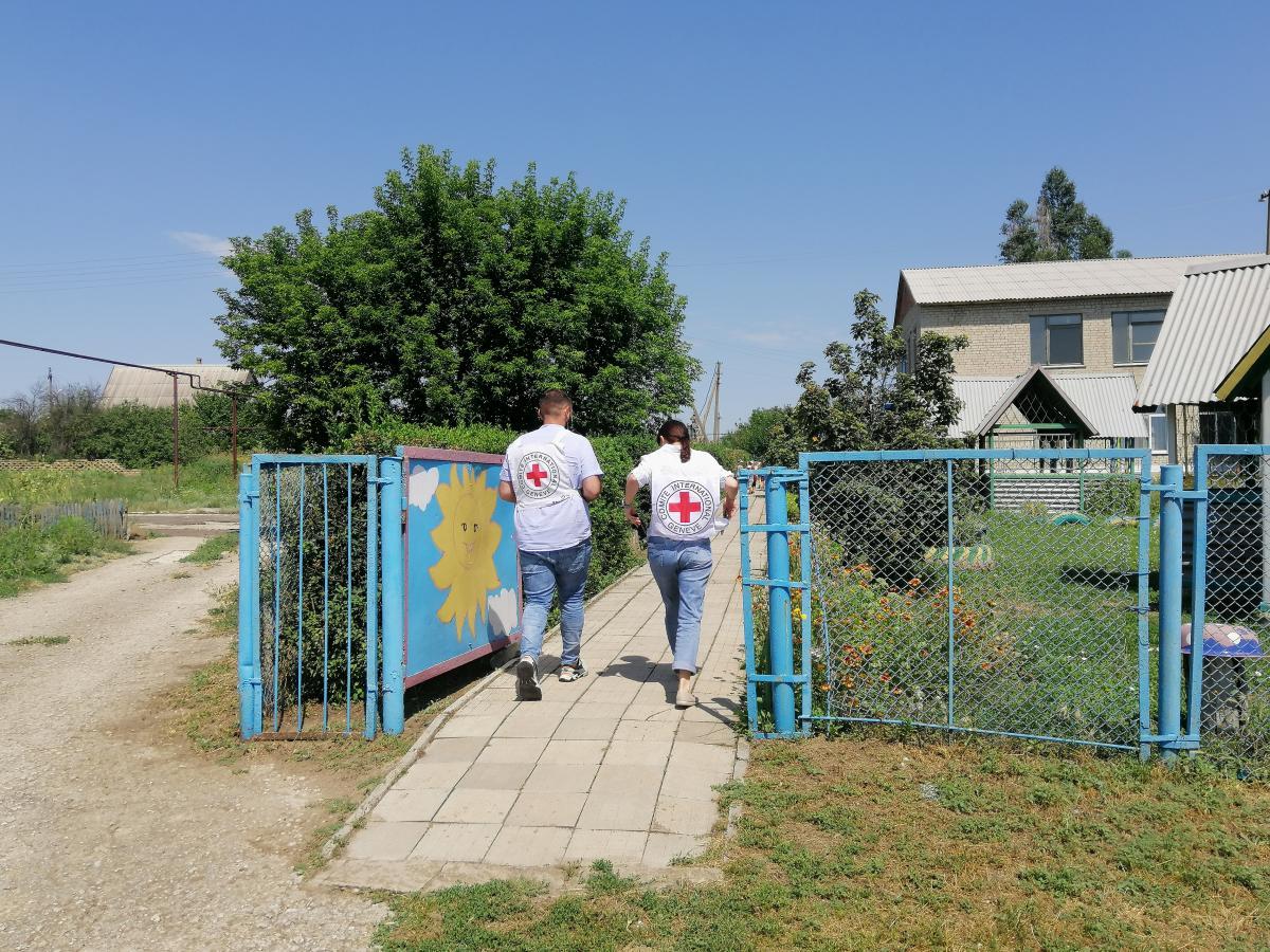 На Донбассе Международный Комитет Красного Креста в Украине стремится помочь домохозяйствам самостоятельно зарабатывать себе на жизнь, отметил глава делегации МККК / фото УНИАН