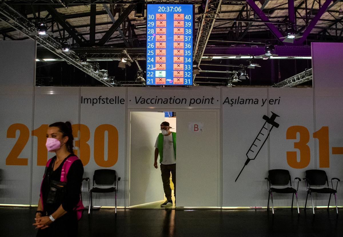 В Германии решили вакцинировать людей во время рейва / фото REUTERS