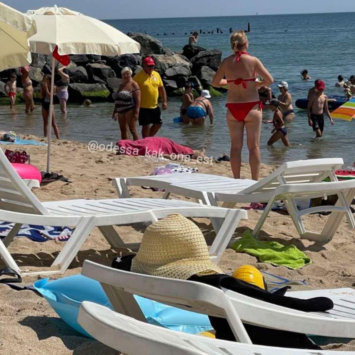"""Люди купаются рядом с трупом / фото - Telegram-канал """"Одесса как она есть"""""""