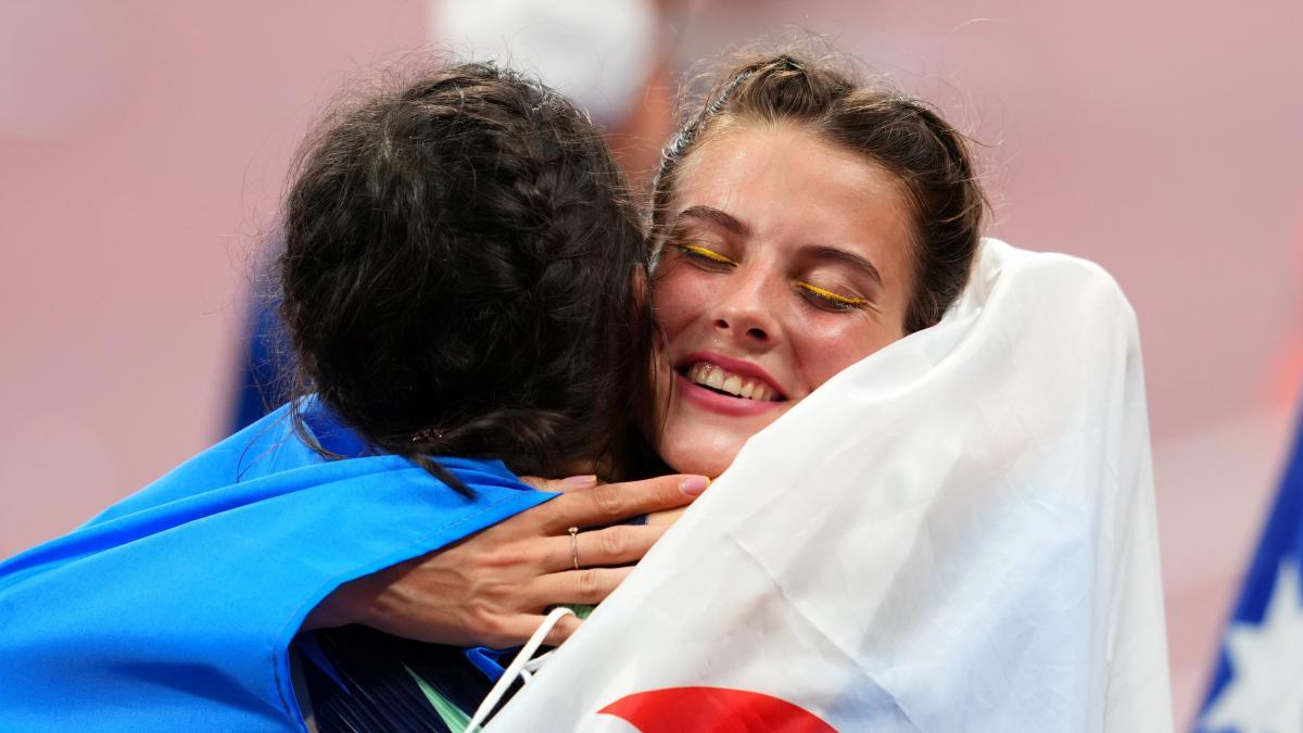 Ярослава Магучіх обіймалася з Марією Ласіцкене / фото REUTERS