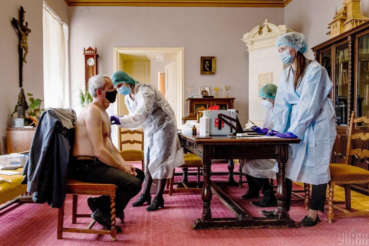 Ни появление в Украине приличных вакцин, ни их доступность, не сделали прививки против COVID-19 массовым / фото УНИАН, Янош Немеш