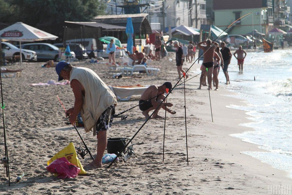 Медузи, комарі та захмарні ціни перетворюють курорти Азовського моря на місця без туристів / фото УНІАН
