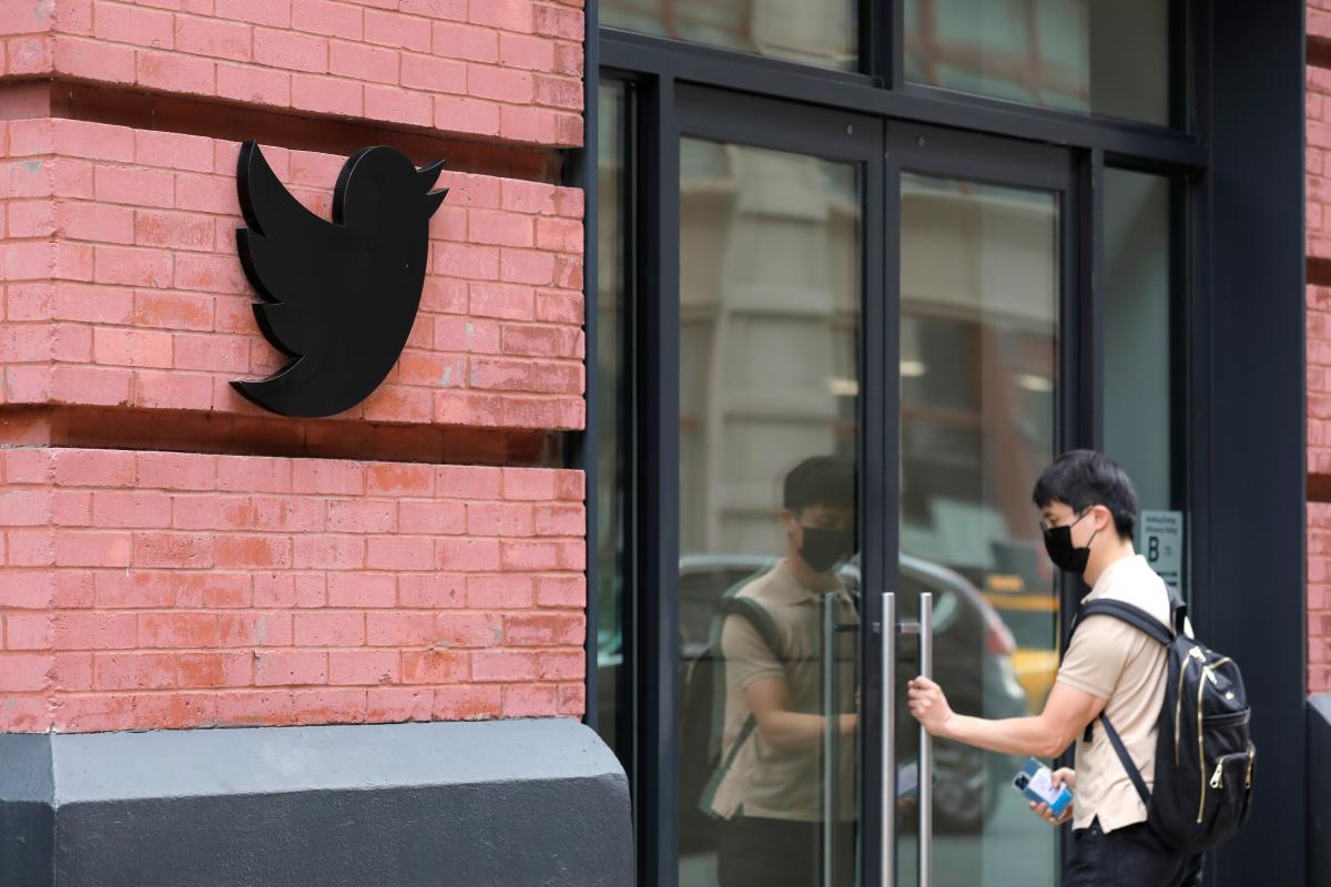 Невакцинированные работники Twitter будут работать только онлайн/ фото REUTERS