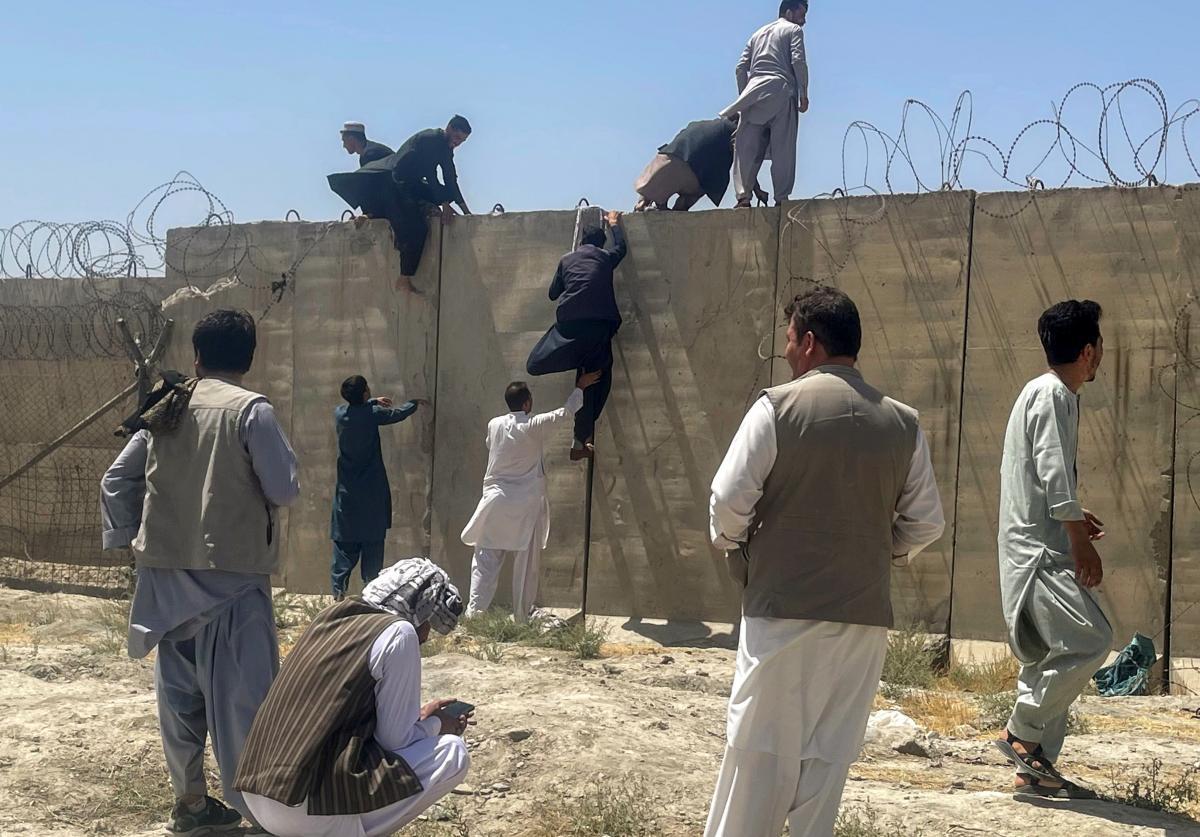 Талибы заявили о прекращении эвакуации из страны \ фото REUTERS