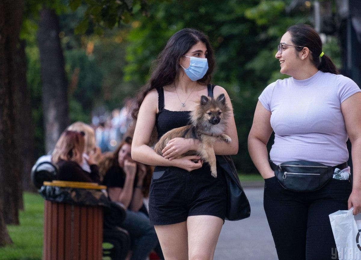 Вакцинация не является поводом для отмены масочногорежима / фото УНИАН