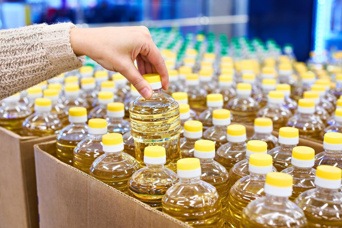 За даними Держстату, у червні цього року соняшникова олія коштувала на 80% дорожче, ніж у червні 2020 року / фото ua.depositphotos.com