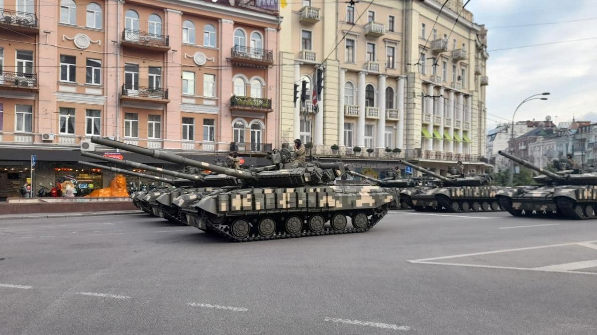 На нових відео можна побачити,як військові співають про Путіна, а перехожі їм за це аплодують /фото - УНІАН, Дмитро Хилюк