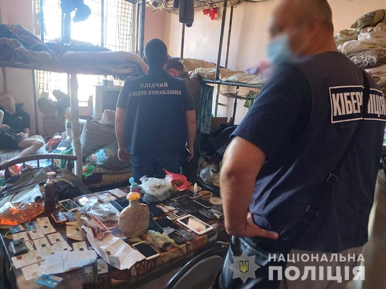 Кіберполіція накрила кримінальний колл-центр в одній з колоній Харківщини/ фото Національної поліції