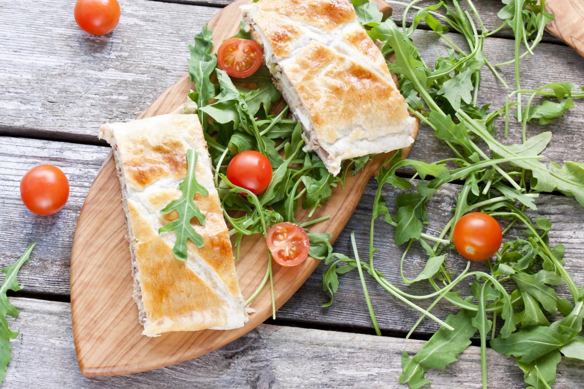 Апетитний заливний пиріг з яйцями і зеленню / depositphotos.com