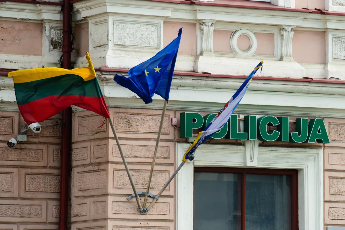 """Полицейские пошутили, что в случае чего обещают применить на акции протеста """"газ с вакциной"""" / фото ua.depositphotos.com"""