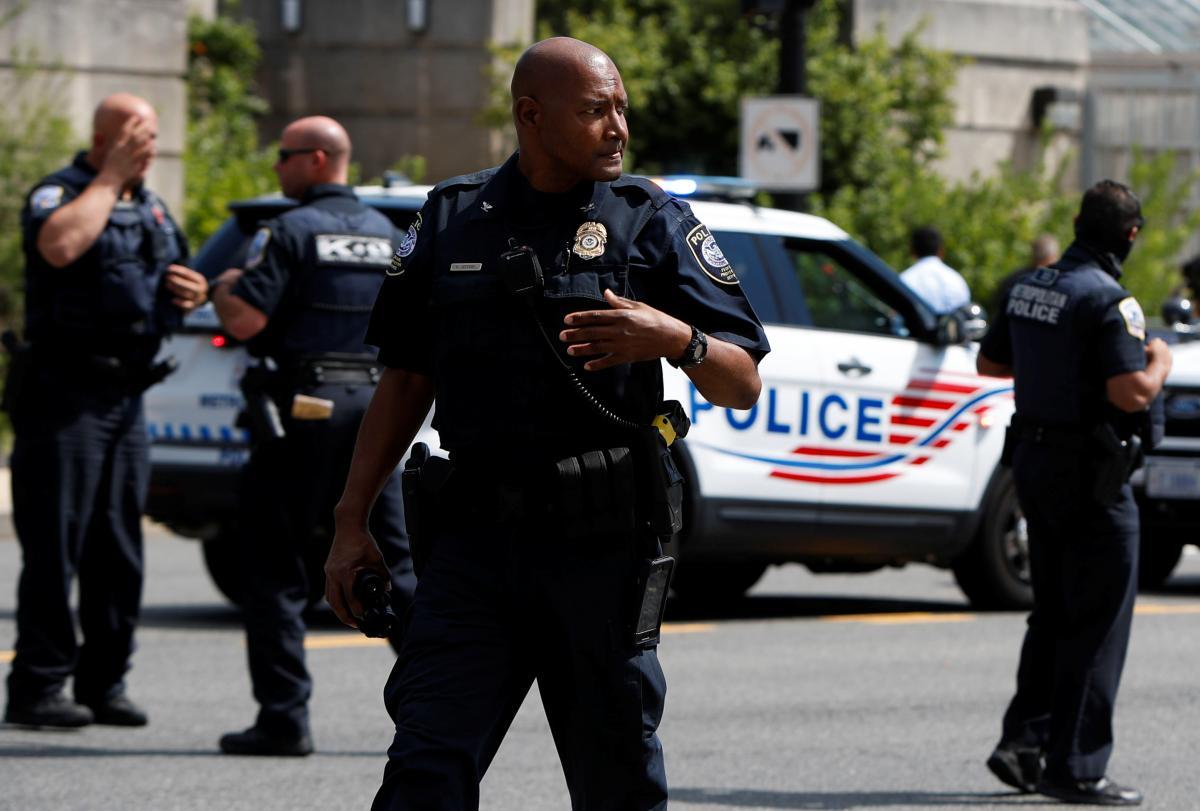 Полиции пришлось эвакуировать несколько правительственных зданий / фото REUTERS