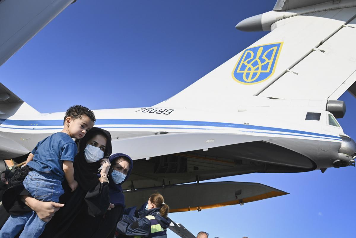 """У """"Борисполі"""" приземлився літак з евакуйованими з Афганістану / фото twitter.com/ZelenskyyUa"""