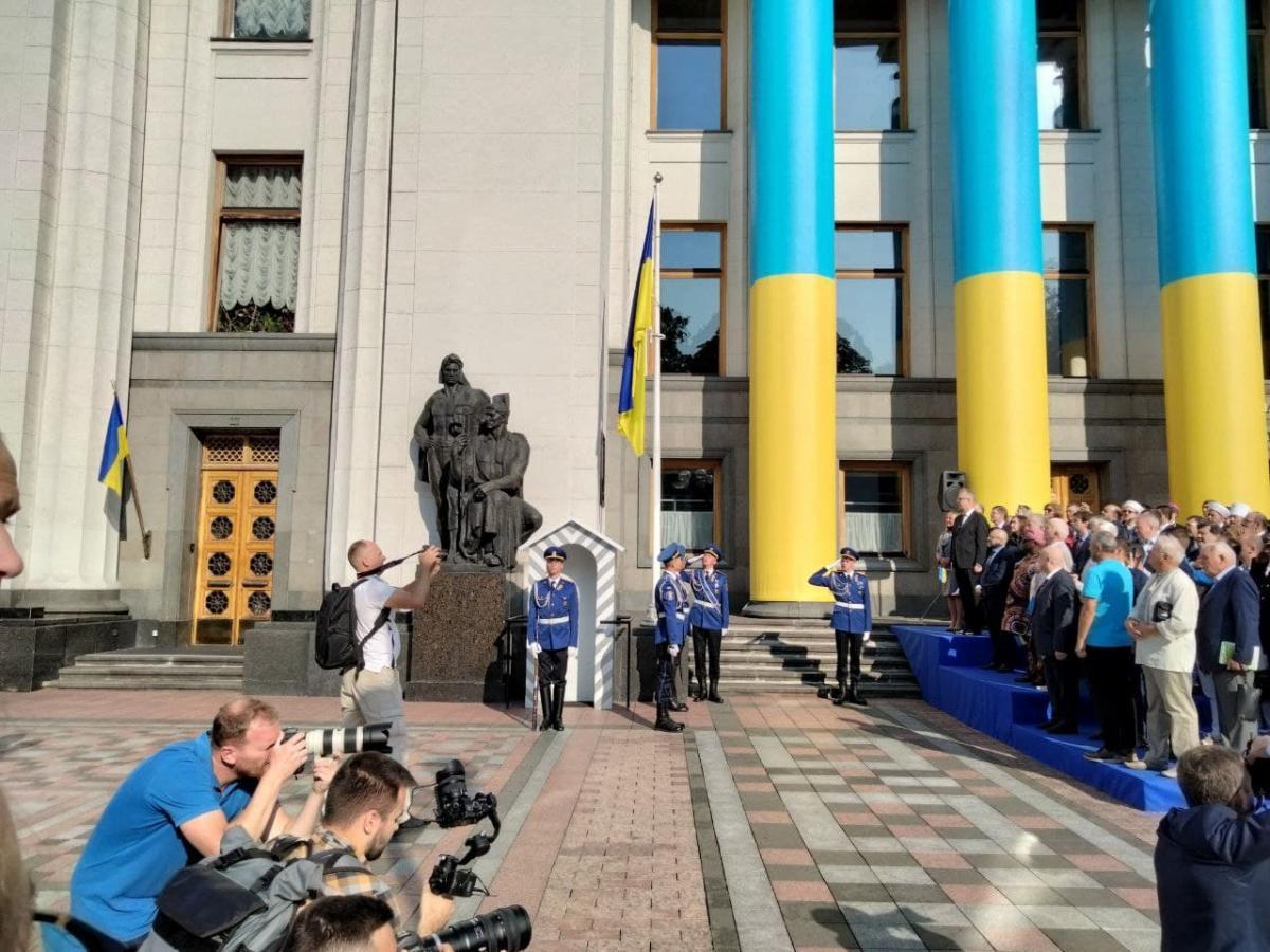 Возле здания Верховной Рады подняли государственный флаг Украины / фото УНИАН / Таня Поляковская