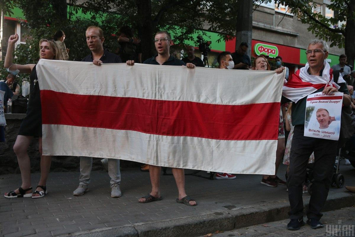 Белорусский активист Валерий Слепухин (на фото - второй слева) переехал из Гомеля в Киев / фото УНИАН, Виктор Ковальчук