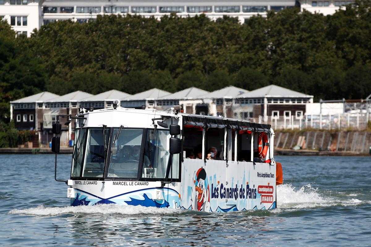 Автобус-амфибия может ездить и по земле, и в воде / фото REUTERS