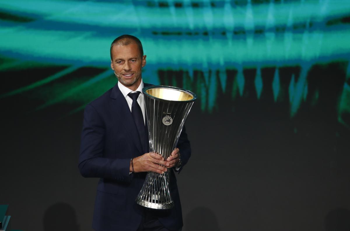 Президент УЕФА продемонстрировал кубок Лиги конференций / фото REUTERS