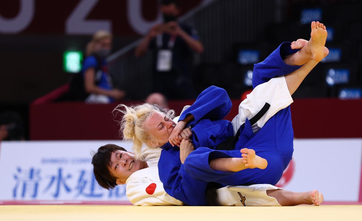 Юлия Иваницкая (в синем) / фото REUTERS