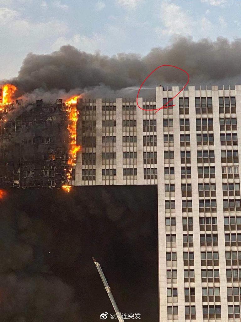 У китайському Даляні горить 400-квартирний житловий комплекс / фото Twitter