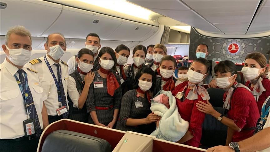 Женщина родила на борту самолета, убегая из Афганистана / фото aa.com.tr