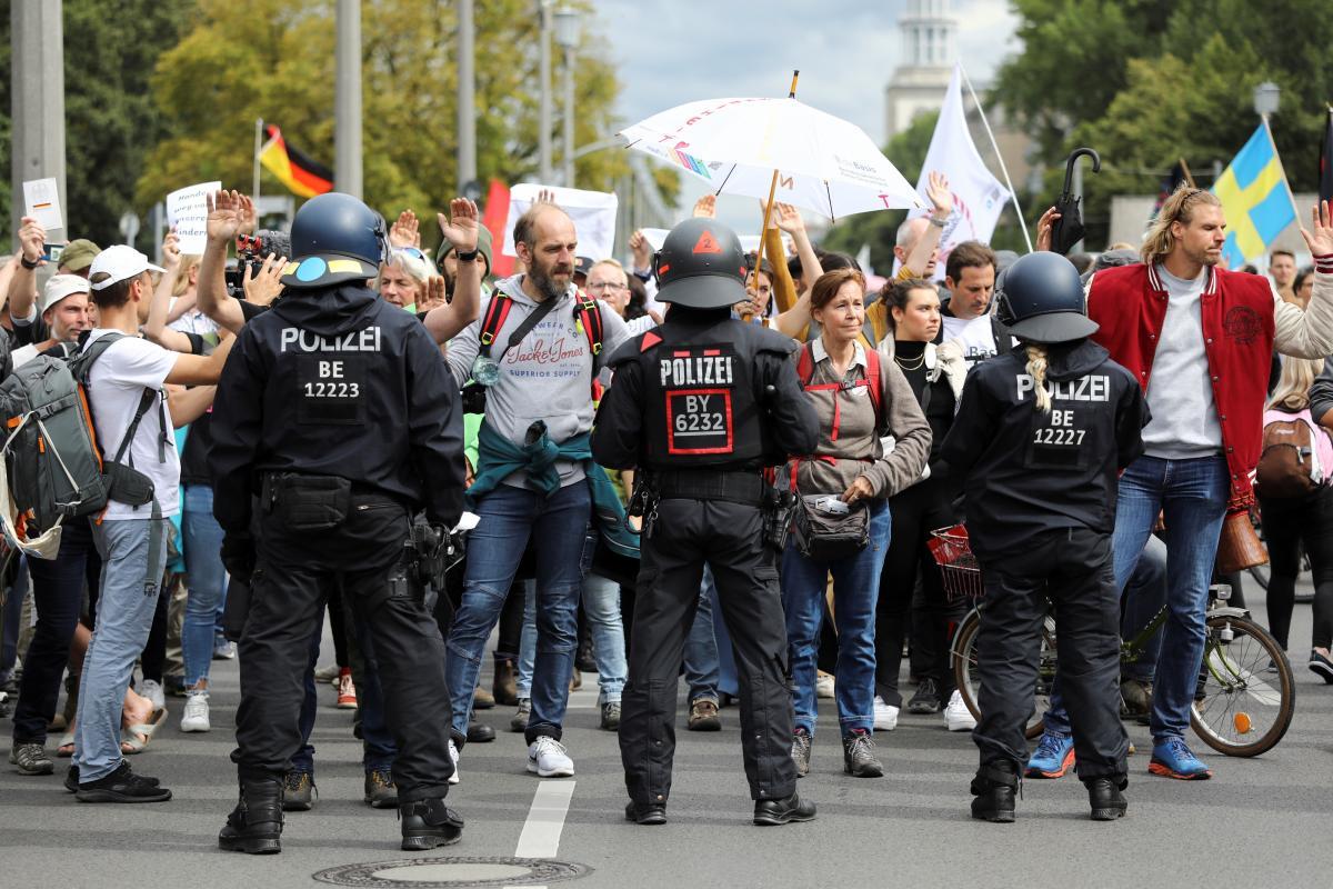 Некоторые протестующие совершали нападения на правоохранителей / фото REUTERS