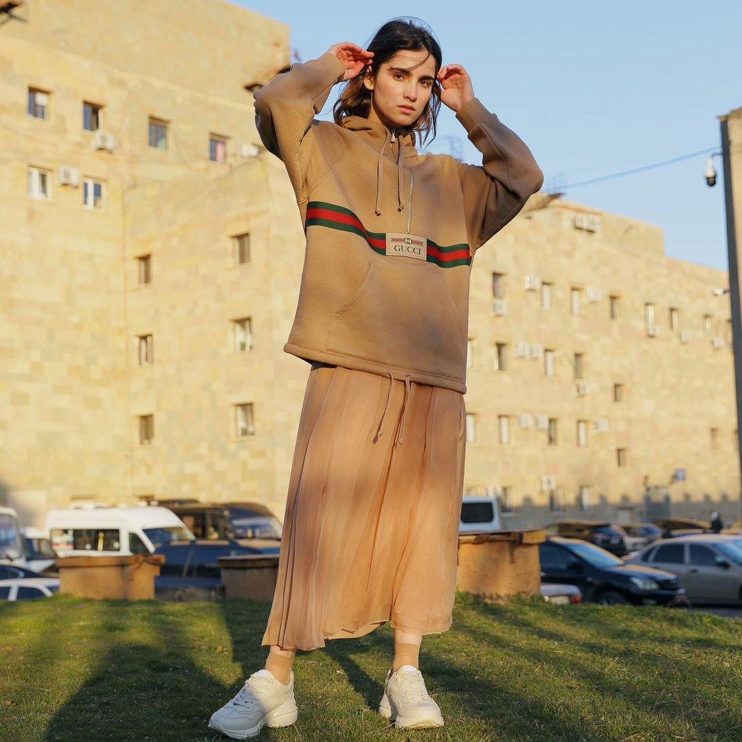 Літні спідниці можна носити і восени під світшот / instagram.com/cezars_official