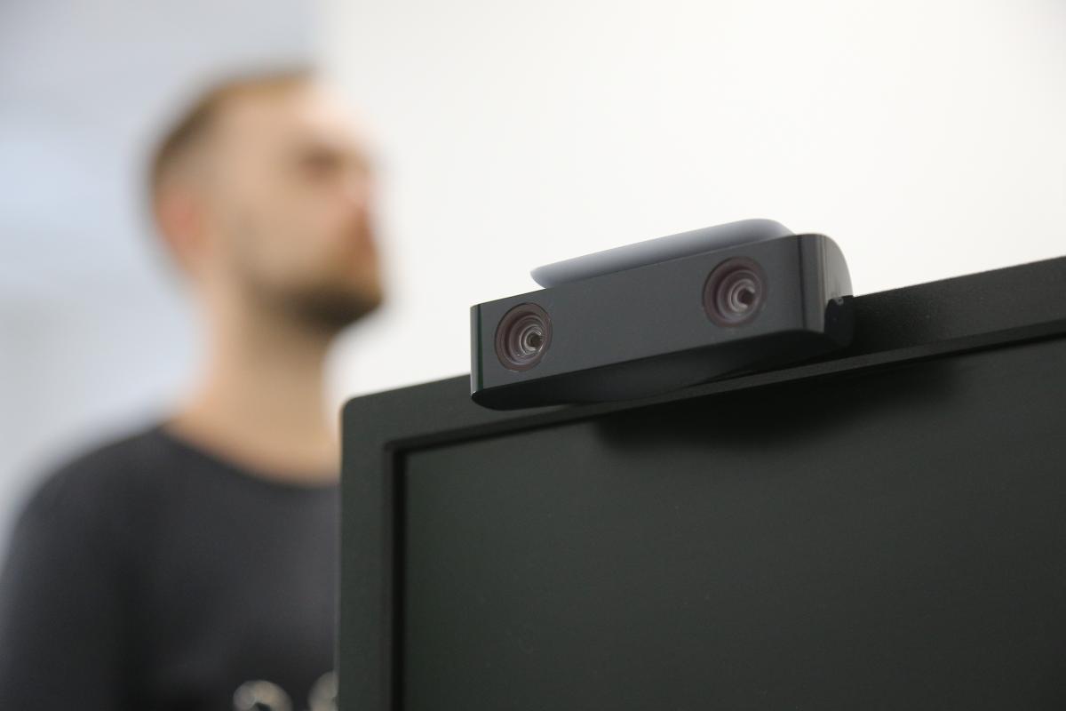 Благодаря подвижной ножке камеру можно легко закрепить на телевизоре /фото УНИАН