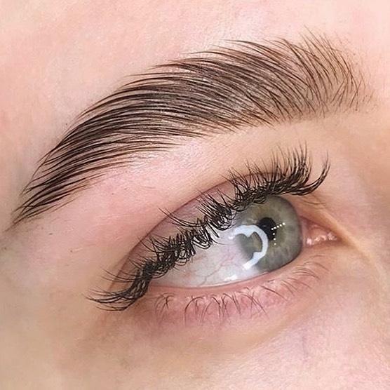 С помощью тонирования можно осветлить брови / instagram.com/beauty_manufactura
