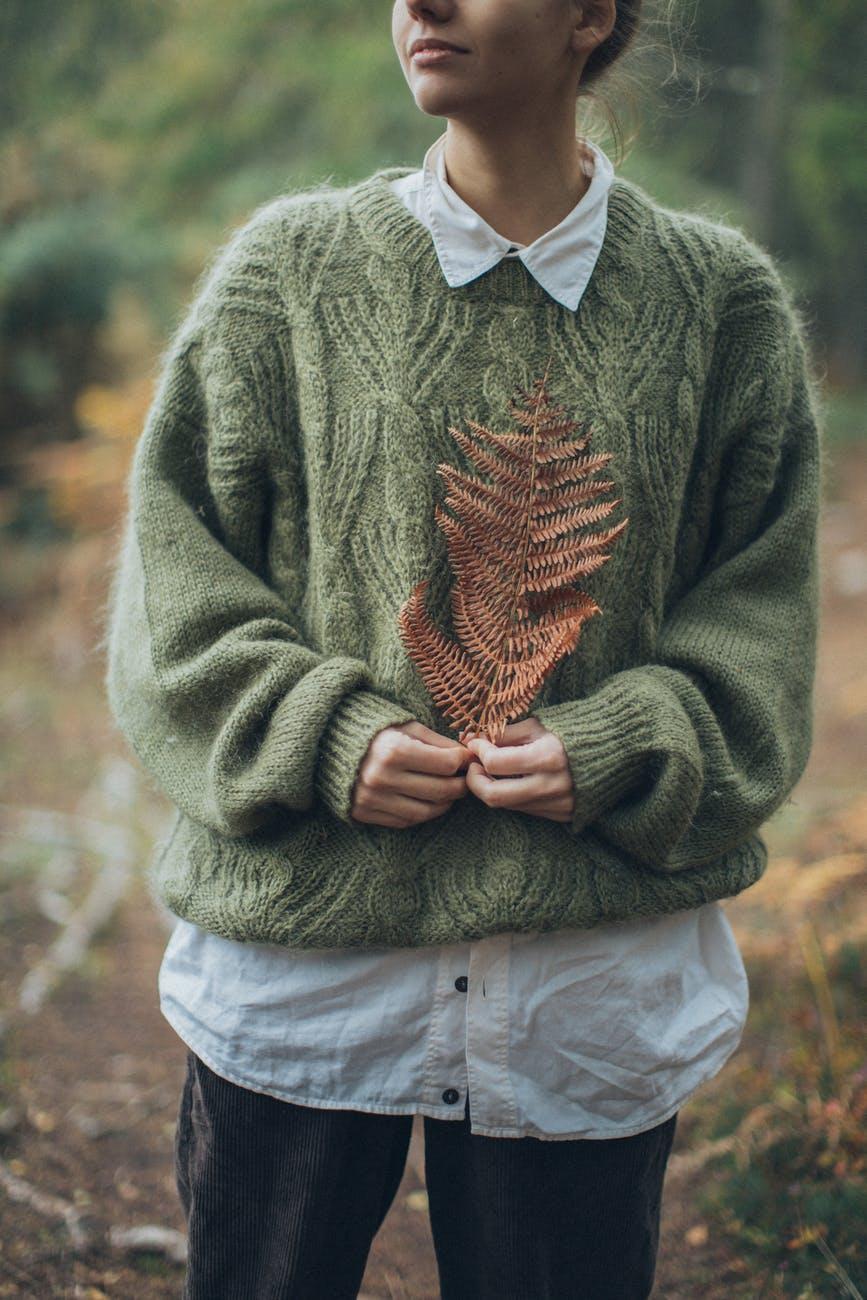 Модні кофти на осінь 2021 / pexels.com