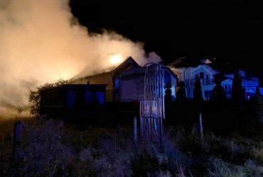 На Закарпатье молния попала в дом: вспыхнул пожар (фото)