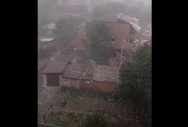 В Первомайске ураган сорвал крышу суда и разнес документы по городу (видео)