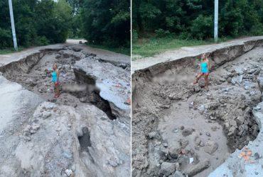 Под Днепром ливень размыл дорогу: образовались ямы в человеческий рост (фото)