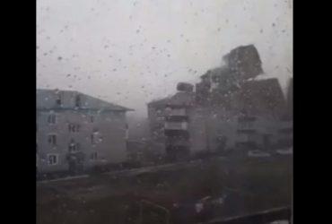 В России ураганный ветер с легкостью сорвал крыши с десятков зданий: момент попал на видео