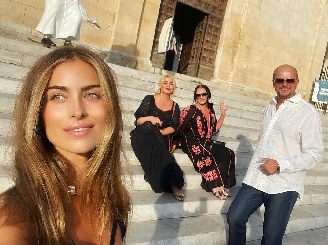 Евдокименко позировала в одном халатике / instagram.com/iamsofiaeve