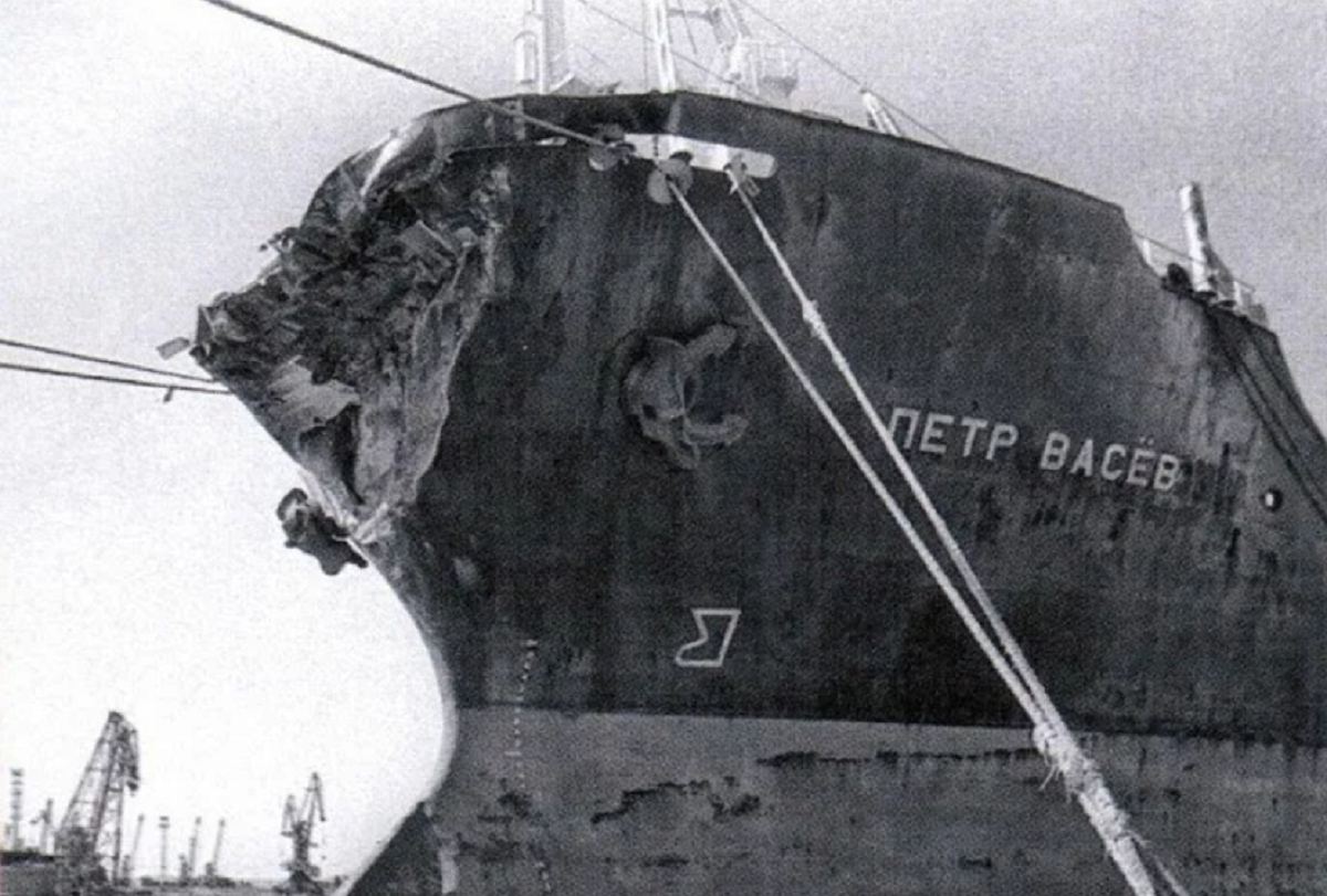 """""""Petr Vasev"""" hit """"Admiral Nakhimov"""" on the starboard side, severely damaged the cladding of four compartments / photo Sudohodstvo.org"""