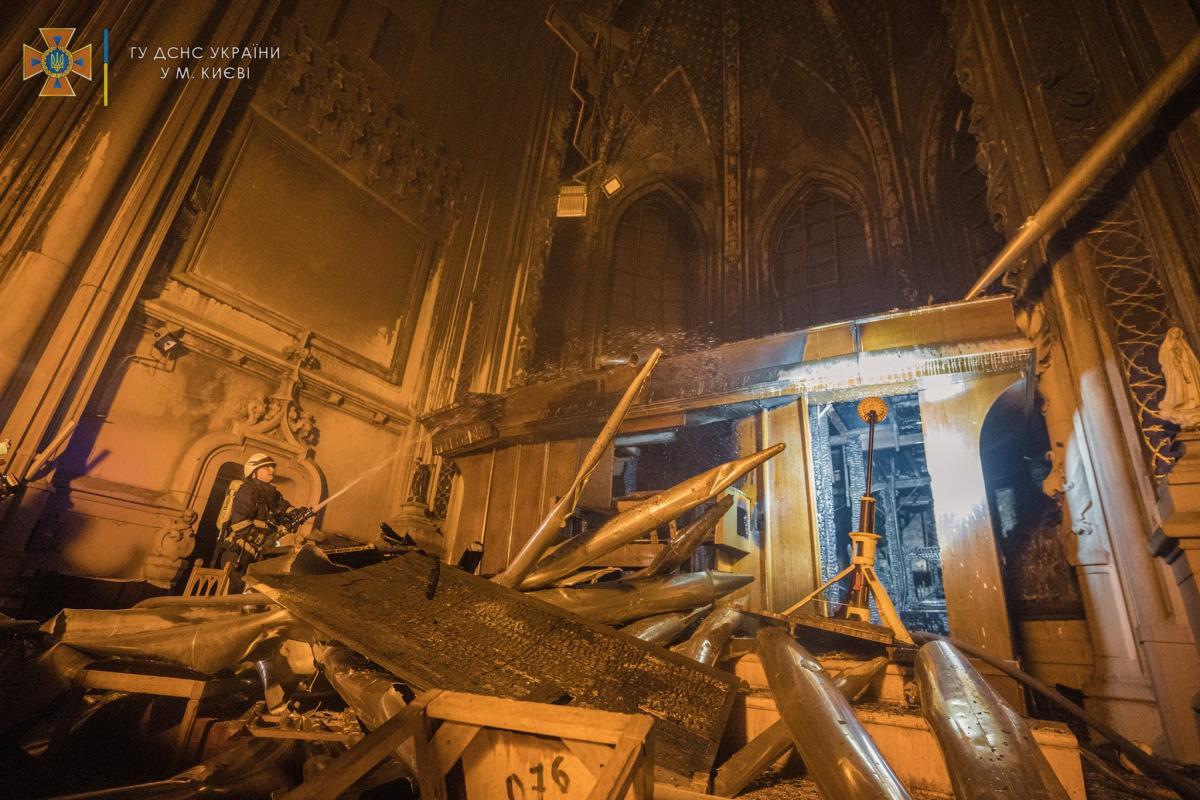 Пожежа у костелі Святого Миколая сталась пізно ввечері 3 вересня/ фото ДСНС України в Києві