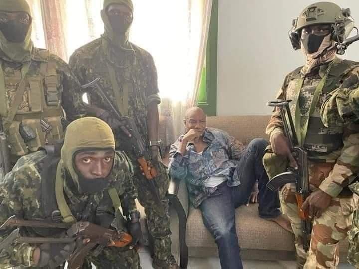 Альфа Конде в окружении вооруженных мятежников / фото t.me/nexta_live