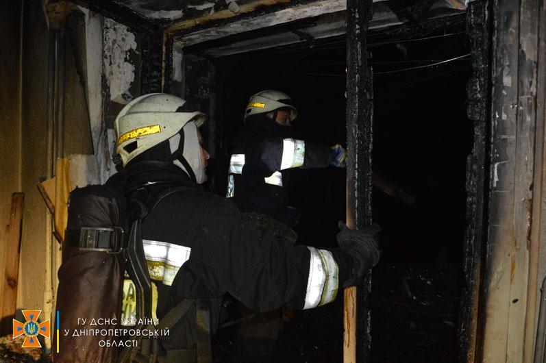 У Дніпрі жінка мало не згоріла через недопалок сусідів / фото ДСНС