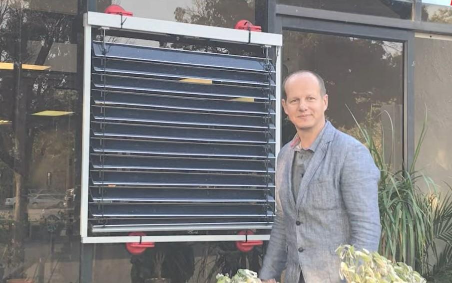 Звичайні ламелі віконних жалюзі винахідник замінив на сонячні, і під'єднав цю систему до додатка в смартфоні / скрін відео