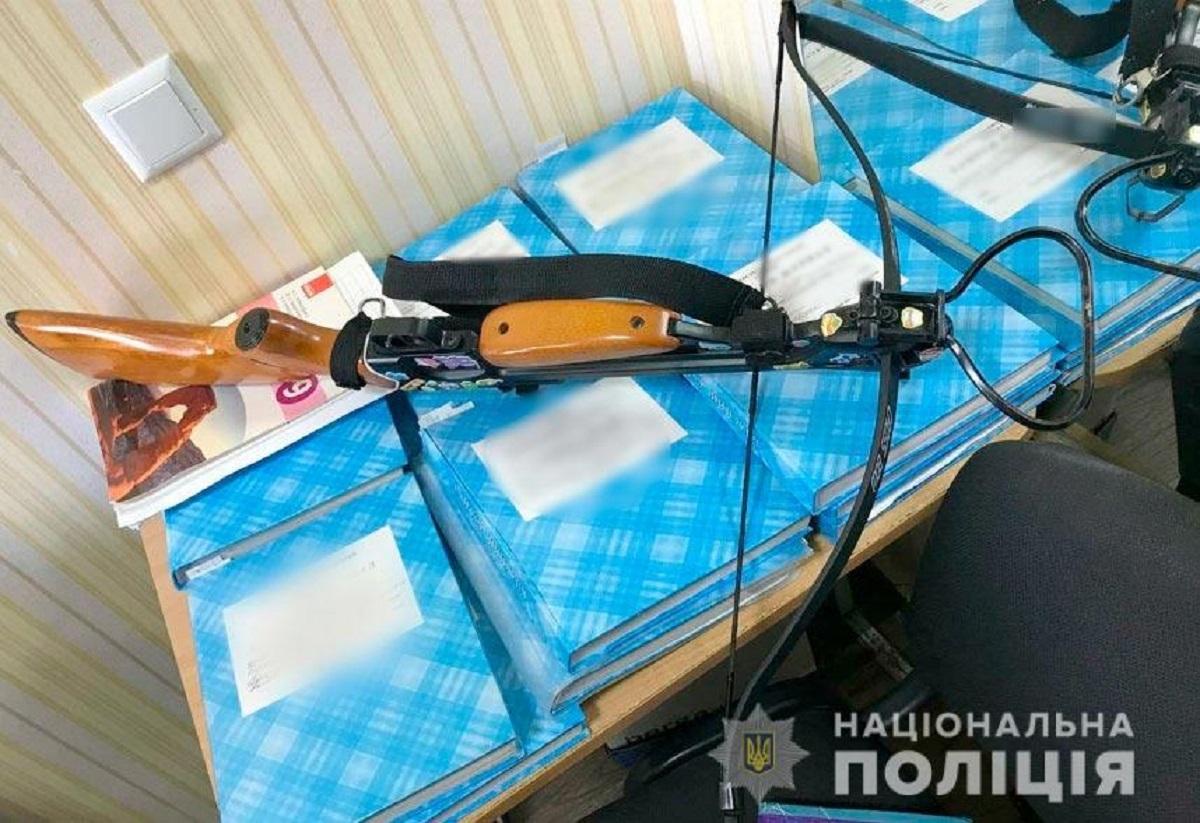 19-летняя девушка пришла в школу и выстрелила в учителей из арбалета / фото pl.npu.gov.ua