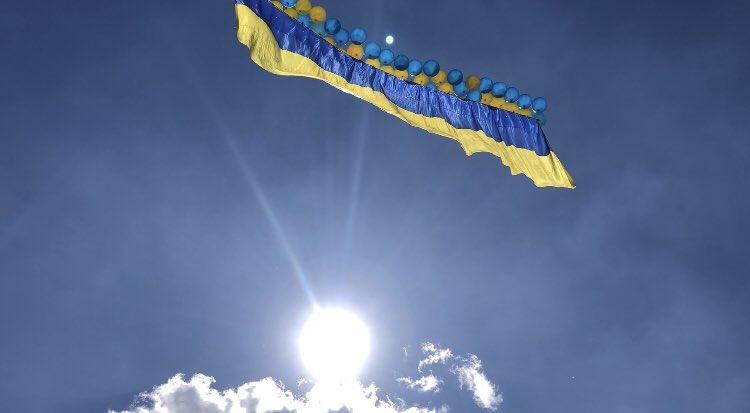 Патриоты запустили в сторону оккупантов украинский флаг / фото twitter.com/jolud13