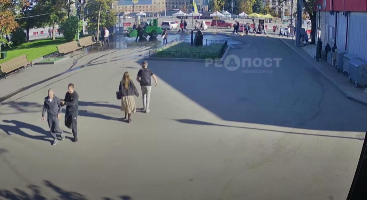 Напад на комунальників потрапив на відео / скріншот